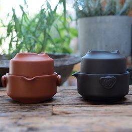Yixing theepot en beker in één/ Kleuren: steenrood en Zwart